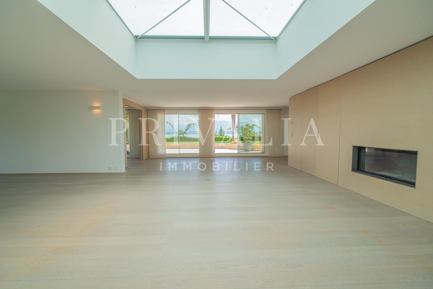 PrivaliaSuperb penthouse with terraces and garden and panoramic view of the lake